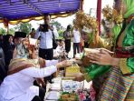 Wakil Bupati Natuna, Ngesti Yuni Suprapti Saat Menerima Sekapur Sirih