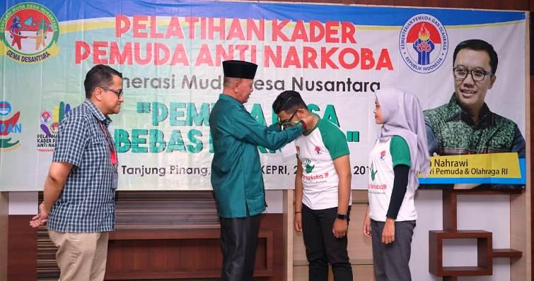 Walikota Tanjungpinang, Syahrul Saat Memasangkan Tanda Pengenal Kepada Salah Satu Peserta. Foto Humas Pemko Tanjungpinang