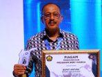 Bupati Natuna, Abdul Hamid Rizal Saat Menerima Piagam Penghargaan Program BBM 1 Harga