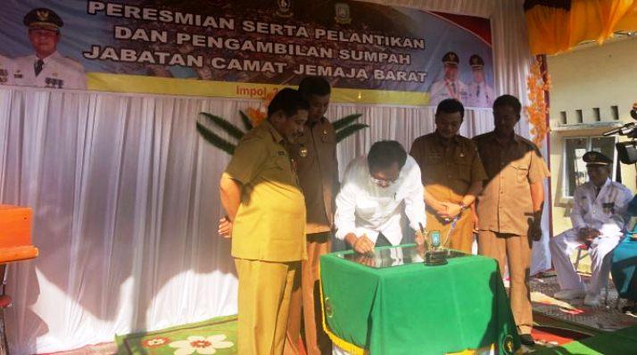Gubernur Kepri, Nurdin Basirun Saat Menandatangi Batu Prasasti
