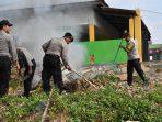 Tampak Kapolres Tanjungpinang AKBP Ucok Lasdin Sialalahi ikut membersihkan pekarangan pondok Pesantren Raudhatul Qur'an saat Goro bersama