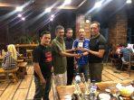 Ketua PWI Perwakilan Tanjungpinang-Bintan, Zakmi saat menyerahkan Cendera Mata kepada Letkol Inf I Gusti Putut Wijangsa