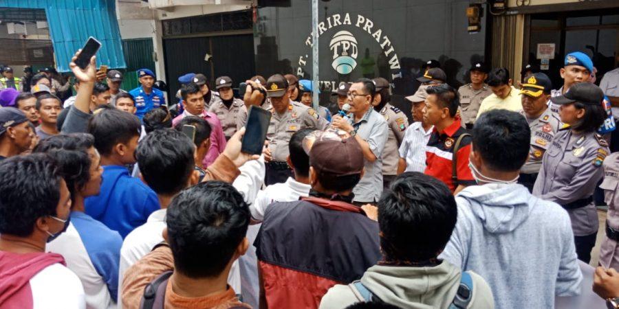 Ratusan warga perumahan Dompak Indah saat gelar aksi demo di depan kantor pengembang