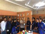 Ketua PWI Perwakilan Tanjungpinang-Bintan saat memberikan cindera mata kepada Kapolres Tanjungpinang AKBP Ucok Lasdin Silalahi
