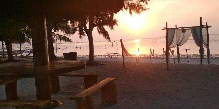 Menikmati sunset yang indah di sore hari di Bintan Brzee Beach (BBB)