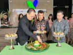 Direktur Utama Minna Padi Aset Managemen, Djajadi Saat Memotong Tumpeng. Foto Tengku Bayu