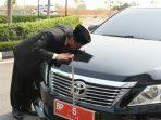 Jumaga Saat Mencium Mobil Dinasnya Sebelum Dikembalikan