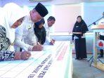 Walikota Tanjungpinang, H Syahrul S.Pd bersama Ketua PKK Kota Tanjungpinang, Juwariyah Syahrul, Kadisduk dan Capil, Irianto bersama Dinkes melakukan penandatanganan nota kesepakatan bersama
