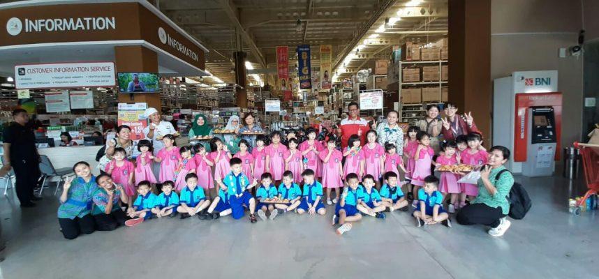Anak-anak TK Maitreyawira foto bersama usai coocking class di Lotte Grosir