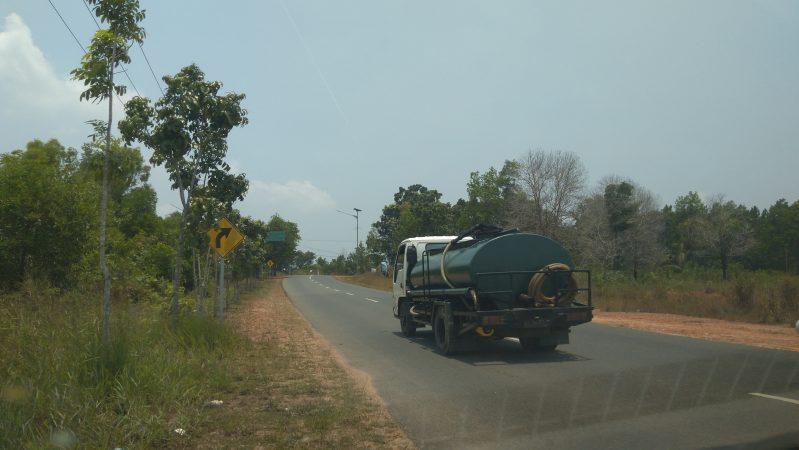 Inilah mobil tanki tersebut yang pasok air di kubangan bouksit