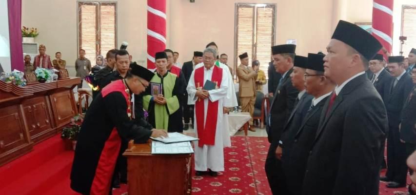 Ketua Pengadilan Negeri Ranai, Sahat SP Banjarnahor, Saat Menandatangani Berita Acara Pelantikan dan Sumpah Jabatan Anggota DPRD Natuna