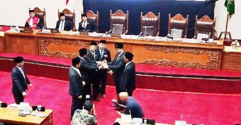Salam komando mantan pimpinan DPRD Batam yang lama dan baru dalam pelantikan anggota dewan periode 2019-2024. Foto Batamnews