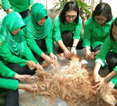Ketua Persit KCK Cabang LV Kodim 0315/Bintan Ny. I Gusti Ketut Artasuyasa beserta anggota saat mengolah barkas menjadi karya seni yang bernilai