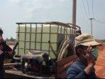 Inilah dua orang pekerja pedagang air bersih yang kepergok mengambil air di kubangan eks bouksit Wacopek