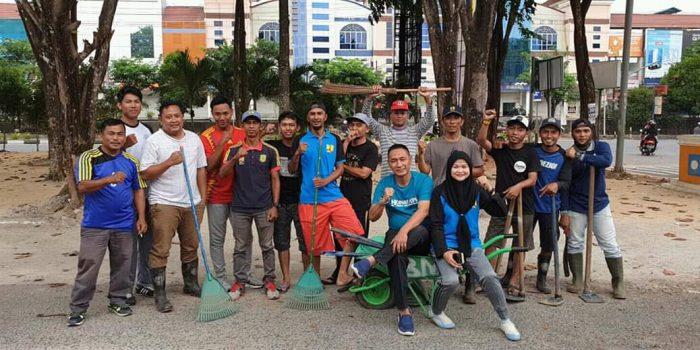 Kadis PUPR Kota Tanjungpinang Hendri saat bersama tim aksi bersih PUPR di taman samping gerbang Bincen Km 9, Tanjungpinang