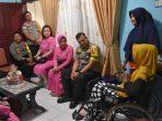 Kapolres Tanjungpinang AKBP Muhammad Iqbal beserta jajaran saat mengunjungi salah satu personel yang sakit, Aiptu Latifah