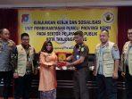 Wakil Walikota Tanjungpinang, Rahma S.IP saat memberikan Cindera Mata kepada Unit Pemberantasan Pungli (UPP)