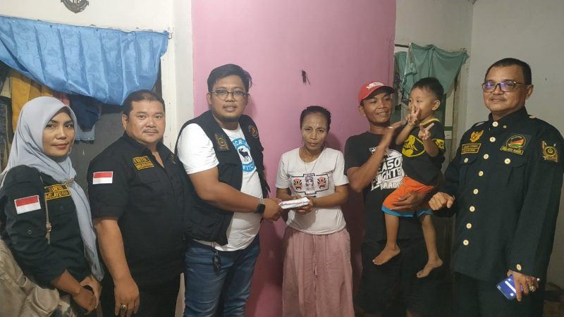 Ketua Hi-Melaya Korwil Tanjungpinang, Arie Sunandar dan pengurus saat memberikan bantuan kepada Ibunda Gibran di rumahnya