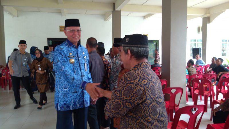 Walikota Tanjungpinang, H Syahrul S.Pd saat bersalaman dengan perangkat RT/RW se-Kota Tanjungpinang usai penyerahan insentif di Aula Bulang Linggi Kantor Perpustakaan dan Arsip Kota Tanjungpinang