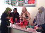 Penasehat DWP Kota Tanjungpinang Juwariyah Syahrul saat menperagakan produk yang di kenalkan oleh anggota DWP