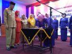 Ketua GOW Kota Tanjungpinang, Juwariyah Syahrul saat menandatangani SK Walikota Tanjungpinang