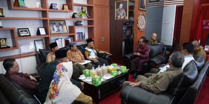 Ketua DPRD Kepri, Jumaga Nadeak Saat Berbincang Dengan Ketua LAM Kepri