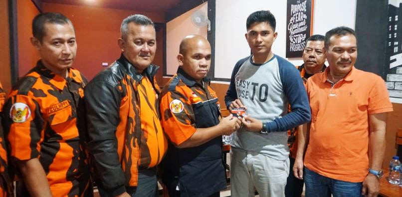 Ketua MPO PP Natuna, Wan Arismunandar Saat Menyerahkan KTA Kepada Ketua DPRD Natuna, Andes Putra