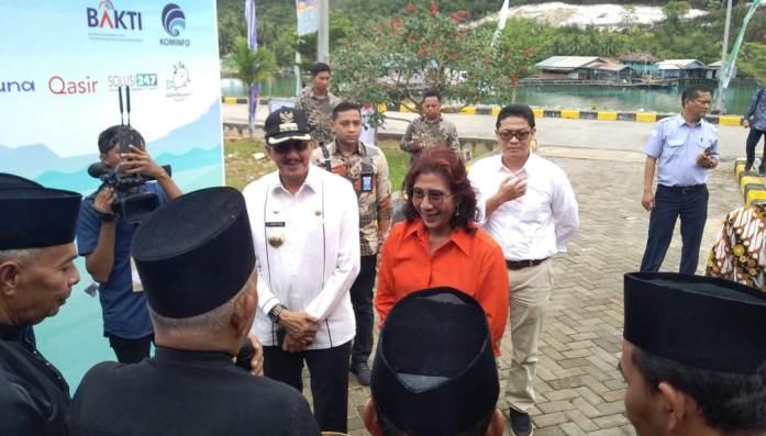 Menteri Kelautan dan Perikanan, Susi Pudjiastuti Didampingi Bupati Natuna Abdul Hamid Rizal Saat Tiba di SKPT Selat Lampa