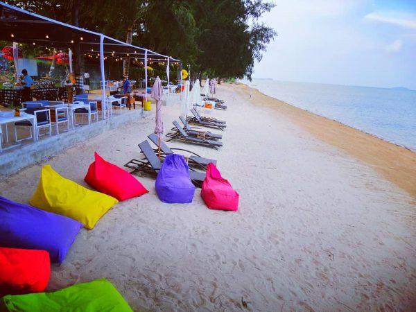 Inilah pantai dengan hamparan pasir putih yang bersih di New Marjoly Beach & Resort
