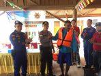 Kapolsek Gunung Kijang AKP Monang P Silalahi saat menyerahkan Life Jaket kepada salah satu Nelayan Desa Malang Rapat, Kabupaten Bintan