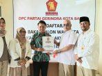 Osco Saat Mengembalikan Berkas ke DPC Gerindra Batam