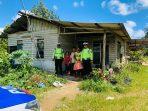 Dua personil Polres Bintan satuan lalu lintas saat memberikan sembako kepada warga Desa Toapaya, Kabupaten Bintan