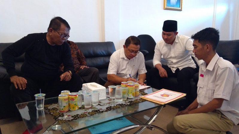 Suparno saat menandatangani bukti pengambilan Formulir di DPD Partai Gerindra Kepri