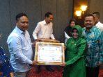 Salah satu pengusaha saat mendapatkan penghargaan dari Pemko Tanjungpinang