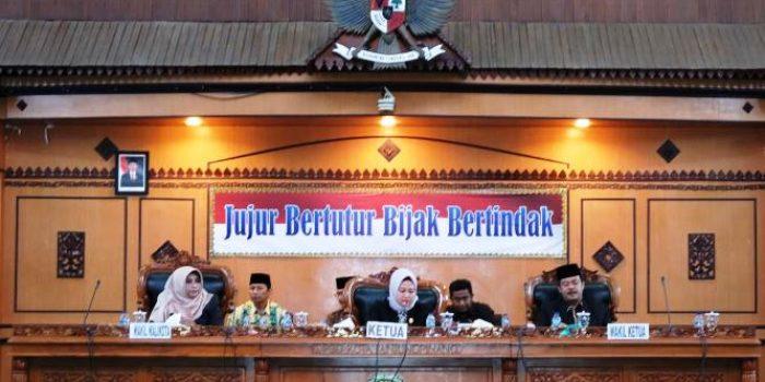 Ketua DPRD Kota Tanjungpinang, Yuniarni Pustoko Weni Saat Memimpin Paripurna Penyampaian Ranperda APBD 2020
