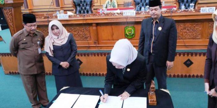 Ketua DPRD Kota Tanjungpinang, Yuniarni Pustoko Weni Saat Menandatangani Dokumen Ranperda APBD 2020