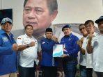 Ketua Tim Penjaringan DPC Demokrat Sumali Salam Komando Dengan Helmy Hemilton. F. Tengku Bayu