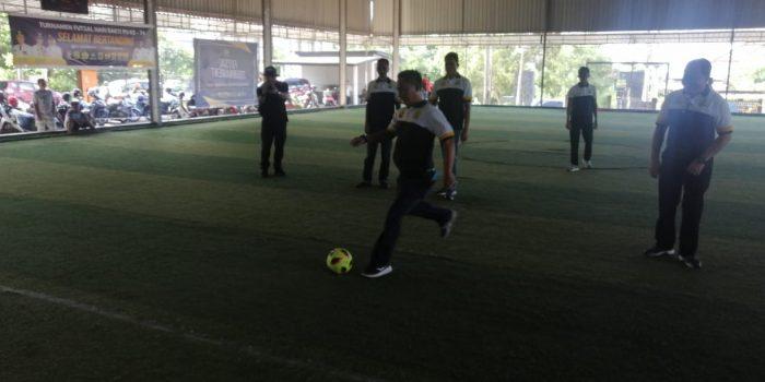 Kadis PUPR Kota Tanjungpinang Hendri saat membuka turnamen futsal di lapangan futsal junior, Tanjungpinang