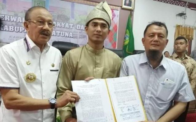 Bupati Natuna Abdul Hamid Rizal, Ketua DPRD Natuna Andes Putra saat menerima naskah pernyataan sikap Ketua ANNA, Hendry