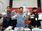 Kasat Narkoba Polres Tanjungpinang AKP Chrisman Panjaitan saat menunjukkan bb narkotika jenis sabu seberat 8 kg saat konfrensi pers