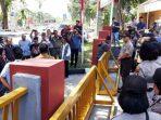 Puluhan Masyarakat Saat Aksi Unjuk rasa di Depan Gedung Graha Kepri