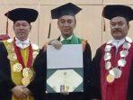Rektor USU Prof Dr Runtung SH MHum (kiri) menyampaikan apresiasi atas prestasi akademik Kombes Pol Dro Sandi Nugroho SIK SH MHum (tengah)