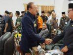 Hamid Rizal saat bersalaman dengan anggota DPRD Natuna