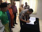 tan AKBP Bambang Sugihartono saat melaksanakan penandatanganan MoU