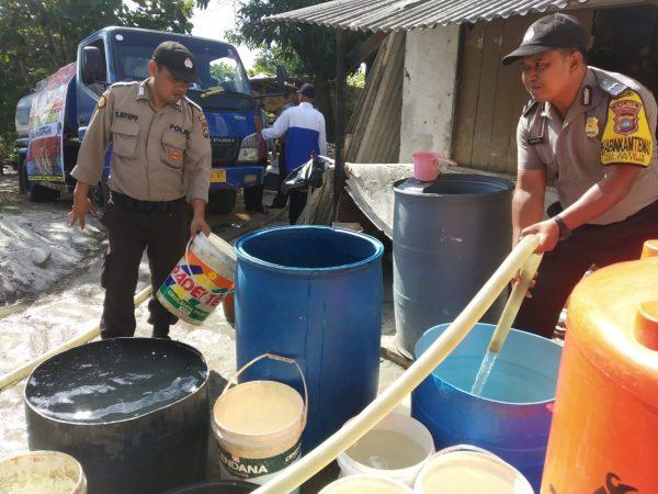 Personil Polsek Tanjungpinang Timur saat menyuplai air bersih ke warga Kp Sidojadi Kelurahan Batu IX, Kecamatan Tanjungpinang Timur