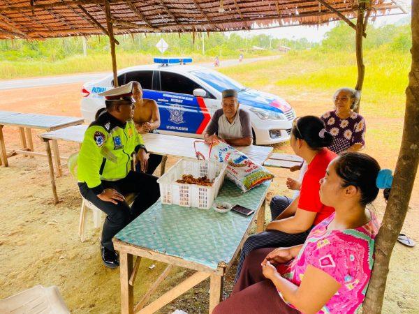 Bripka Bambang Beriamtoro saat memberikan imbauan dan pemahaman terkait Kamtibmas di Bintan Buyu