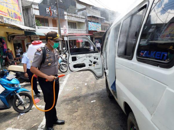 Kapolsek Tanjungpinang Kota AKP Reza Anugrah AP saat menyemprot Angkot di Tanjungpinang