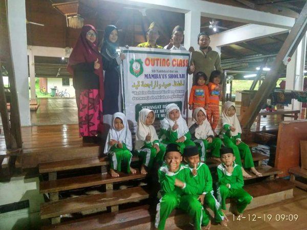 Pemilik SD Tahfidz Qur'an Pesantren Mambaus Sholah Ahmad Zaini saat photo bersama