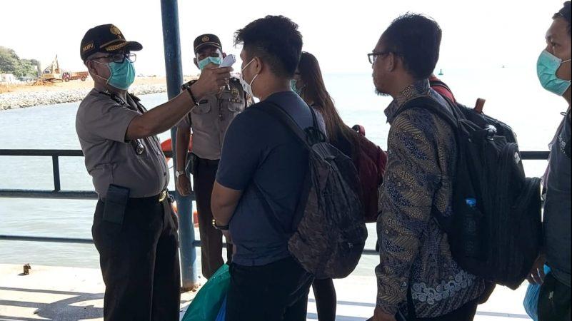 Kapolsek Kawasan Pelabuhan SBP Kompol Zulkifli saat mengecek suhu tubuh penumpang yang datang ke Tanjungpinang
