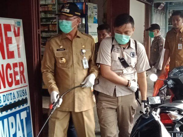 Wali Kota Tanjungpinang H Syahrul S.Pd saat melaksanakan penyemprotan Disinfektan di jalan Merdeka, Tanjungpinang